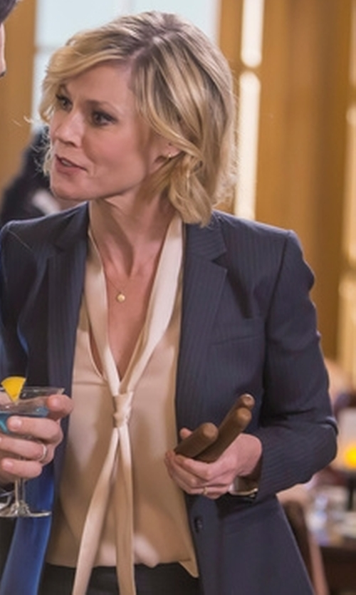 Julie Bowen with Rag & Bone Florence Shirt in Modern Family