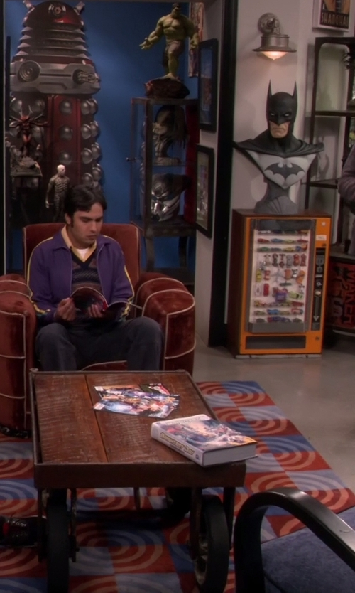 Unknown Actor with Sideshow Collectibles Hulk Maquette in The Big Bang Theory