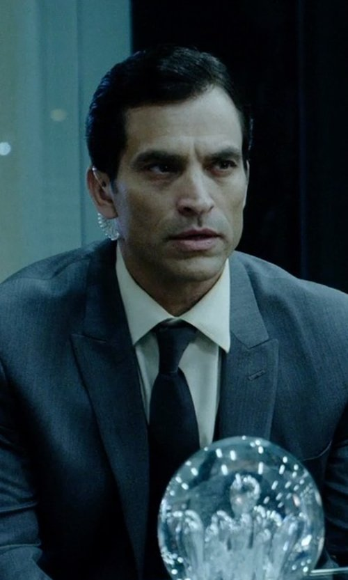 Johnathon Schaech with Motorola Radio Signal Clear Tube Earpiece with Push To Talk in Vice