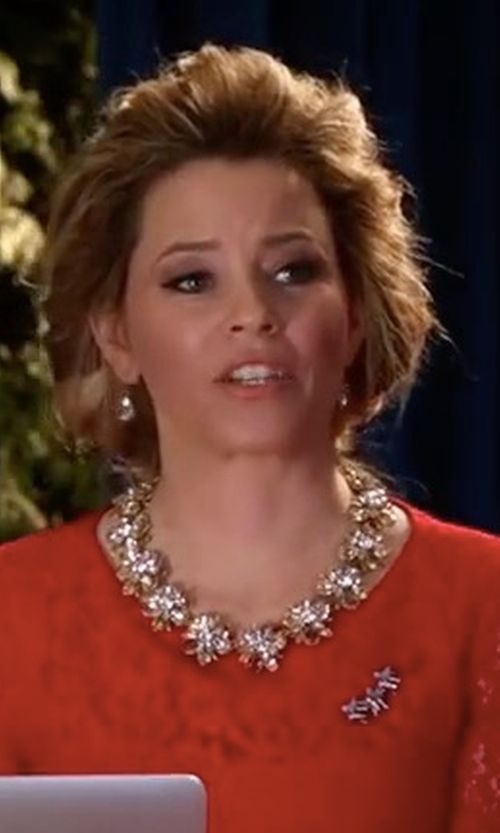 Elizabeth Banks with J.Crew Metallic Gold Crystal Blossom Floral Statement Necklace in Pitch Perfect 3