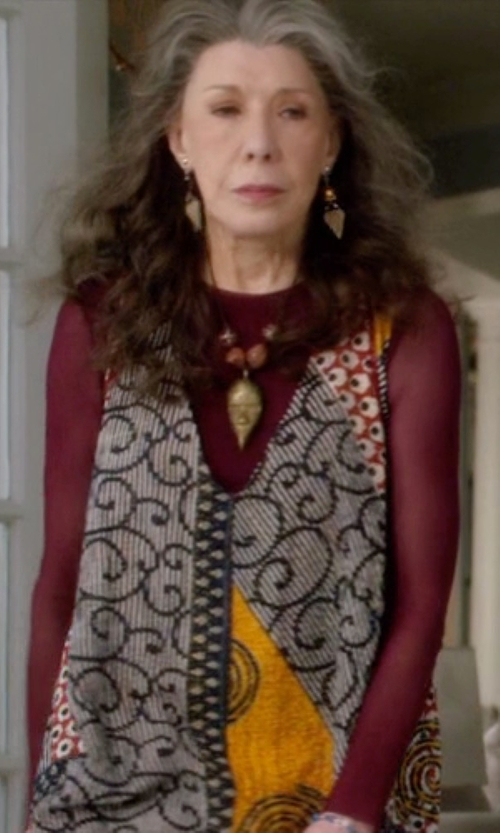 Lily Tomlin with Petit Bateau Long Sleeve Loose Cotton T-Shirt in Grace and Frankie