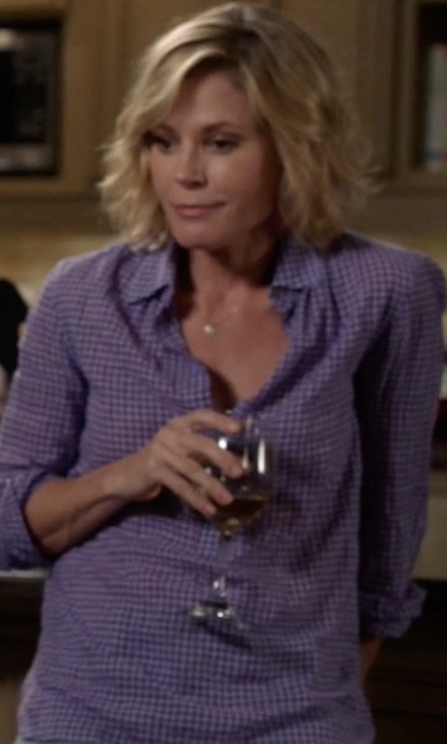Julie Bowen with J.Crew Gathered Gingham Popover Shirt in Modern Family