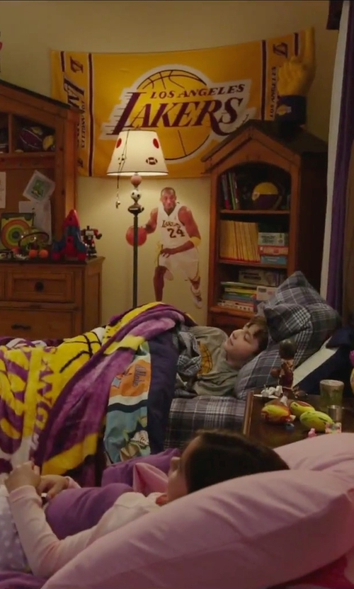 Unknown Actor with Caseys NBA Los Angeles Lakers Logo Beach Towel in Daddy's Home