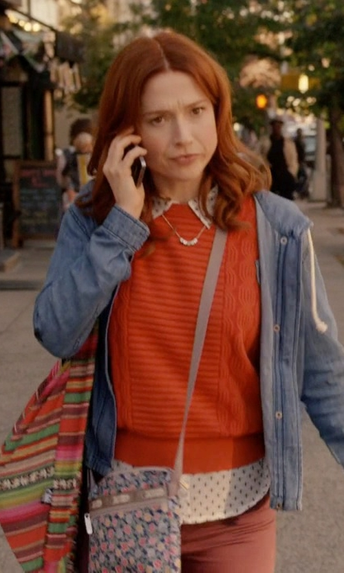 Ellie Kemper with Avarada Hippie Hobo Cotton Crossbody Bag in Unbreakable Kimmy Schmidt