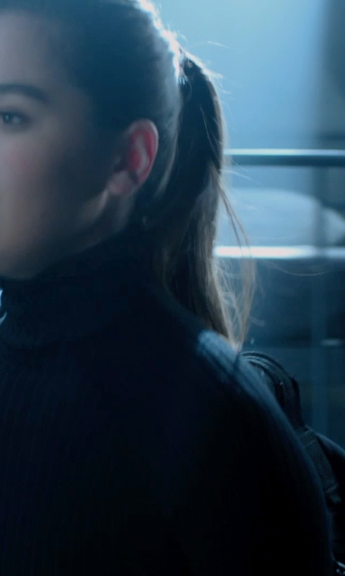 Hailee Steinfeld with Lululemon Run All Day Backpack in Barely Lethal