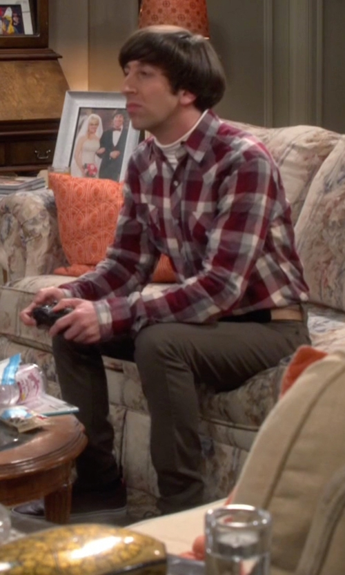 Simon Helberg with Vans Classic Slip-On Aged Leather Sneakers in The Big Bang Theory