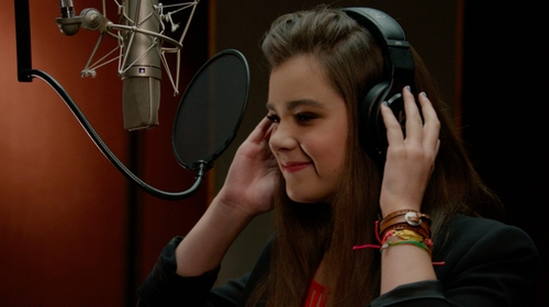 Hailee Steinfeld with Pura Vida Yoga Girl Pack in Pitch Perfect 2