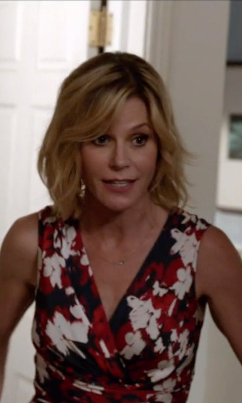 Julie Bowen with Classiques Entier Print Stretch Silk Surplice Dress in Modern Family