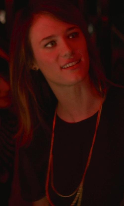 Mackenzie Davis with Iam By Ileana Makri Figaro Gold-Plated Necklace in That Awkward Moment