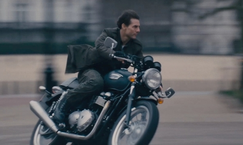 Tom Cruise with Triumph Thruxton in Edge of Tomorrow