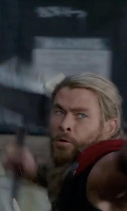 Chris Hemsworth with Raj Rihal (Concept Artist) Mjolnir Hammer in Thor: Ragnarok