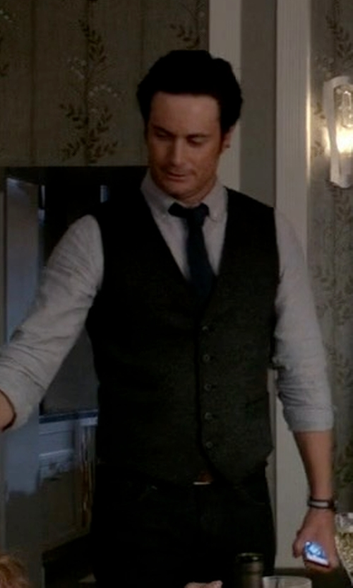 Oliver Hudson with River Island Wool-Blend Vest in Scream Queens