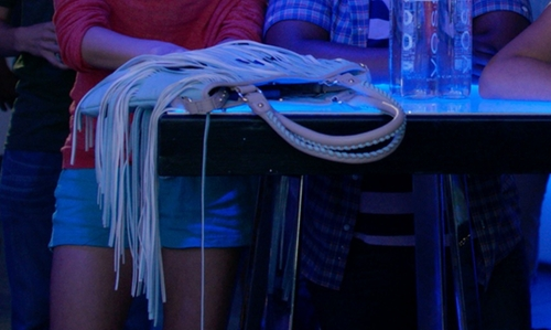 Alexis Knapp with Steve Madden Smiley Purse in Pitch Perfect 2