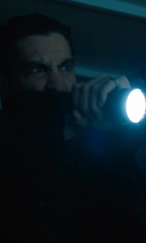 Jake Gyllenhaal with Helotex G2 Tactical Flashlight in Prisoners
