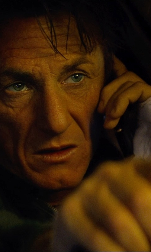 Sean Penn with Apple iPhone 5s in The Gunman