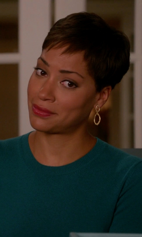 Cush Jumbo with Vaubel Small Eight-Shape Drop Earrings in The Good Wife