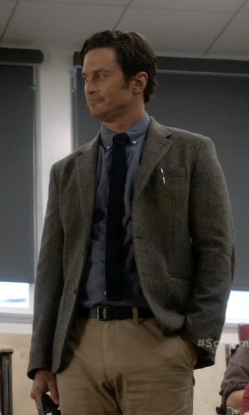 Oliver Hudson with River Island Herringbone Wool-Blend Slim Blazer in Scream Queens