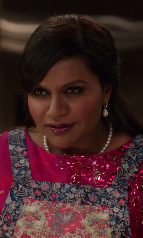 Mindy Kaling with Max&Chloe M Pearl Classic White Pearl Necklace in The Mindy Project