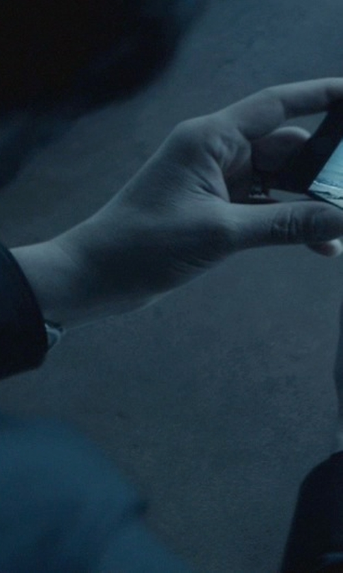 Keanu Reeves with Apple iPhone 5 in John Wick