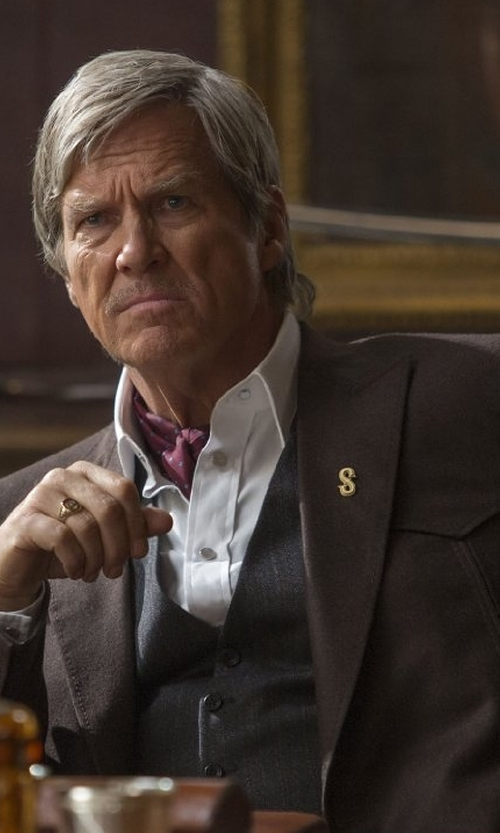 Jeff Bridges with Kingsman + Deakin & Francis Statesman Gold-Plated Lapel Pin in Kingsman: The Golden Circle