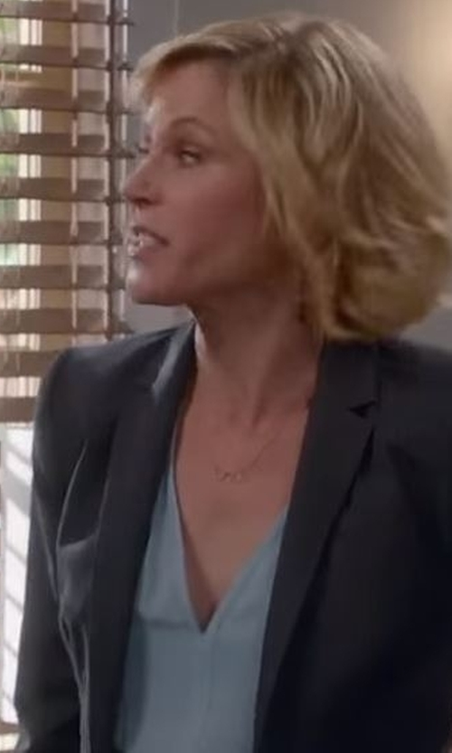 Julie Bowen with Vince Camuto One-Button Blazer in Modern Family