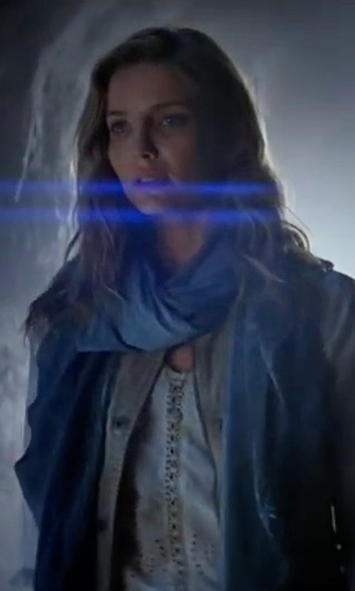 Annabelle Wallis with Joe Fresh Sequin Scarf in The Mummy