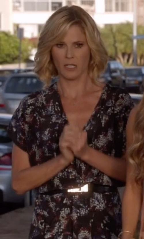 Julie Bowen with Carven Square Buckle Belt in Modern Family