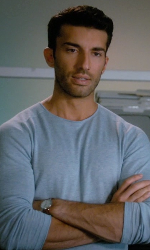 Justin Baldoni with Vince Raglan-Sleeve Crewneck Sweater in Jane the Virgin