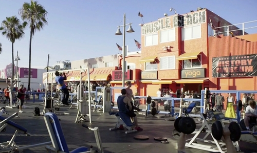 Unknown Actor with Muscle Beach Los Angeles, California in Keeping Up With The Kardashians
