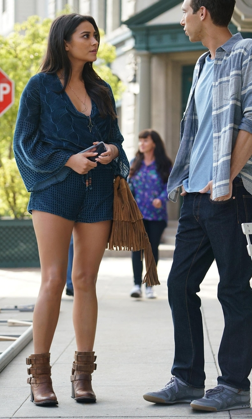 Shay Mitchell with Jennifer Zeuner Cathy Lariat Necklace in Pretty Little Liars