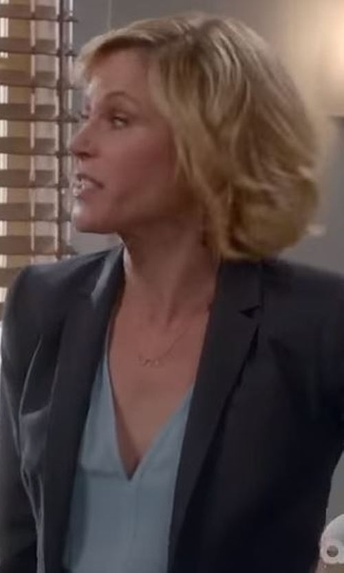 Julie Bowen with V Jewelry Lochrie Short Pendant Necklace in Modern Family