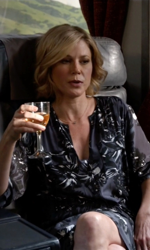 Julie Bowen with Rebecca Taylor Splashy Flower Print Shirtdress in Modern Family