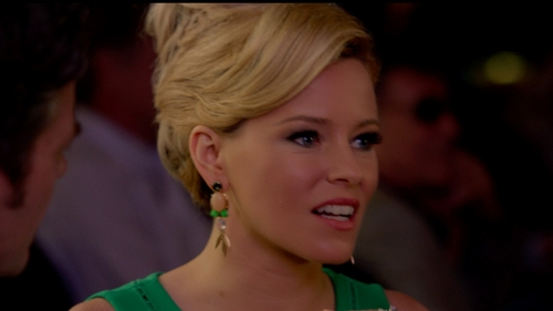 Elizabeth Banks with J Crew Gold Dangle Earrings in Pitch Perfect 2