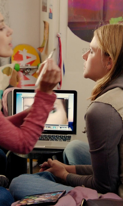 Chloë Grace Moretz with Apple MacBook Pro Laptop in Laggies