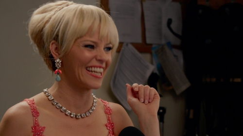 Elizabeth Banks with Shamelessly Sparkly Saturata Mint Drops in Pitch Perfect 2