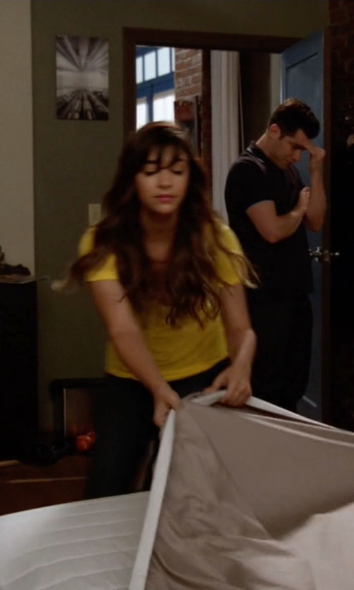 Hannah Simone with Suoli Short Sleeve T-Shirt in New Girl