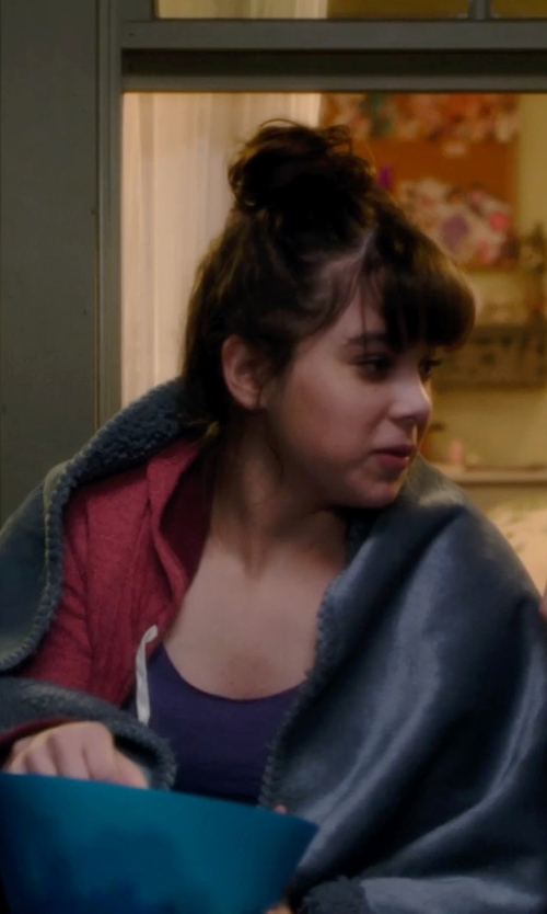 Hailee Steinfeld with Fasciino Plush Velour Mink Throw Blanket in Barely Lethal