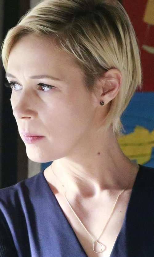 Liza Weil with Vita Fede Cassio Open Circle Pendant Necklace in How To Get Away With Murder