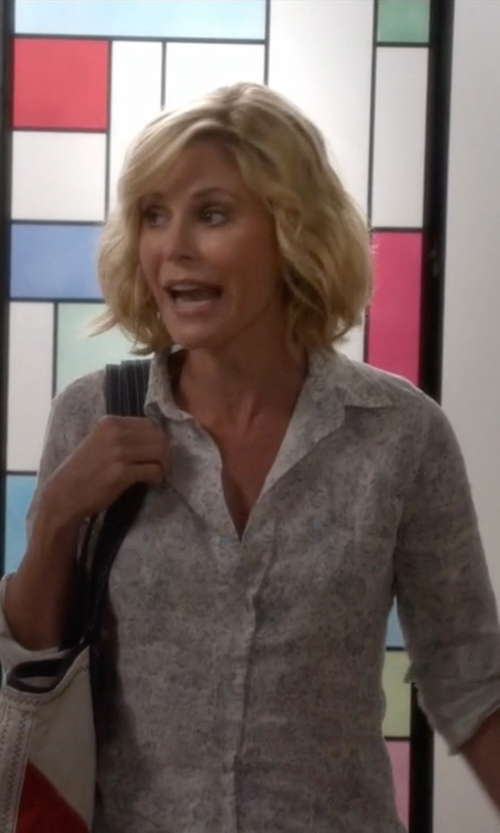 Julie Bowen with Frank & Eileen Floral Linen Shirt in Modern Family