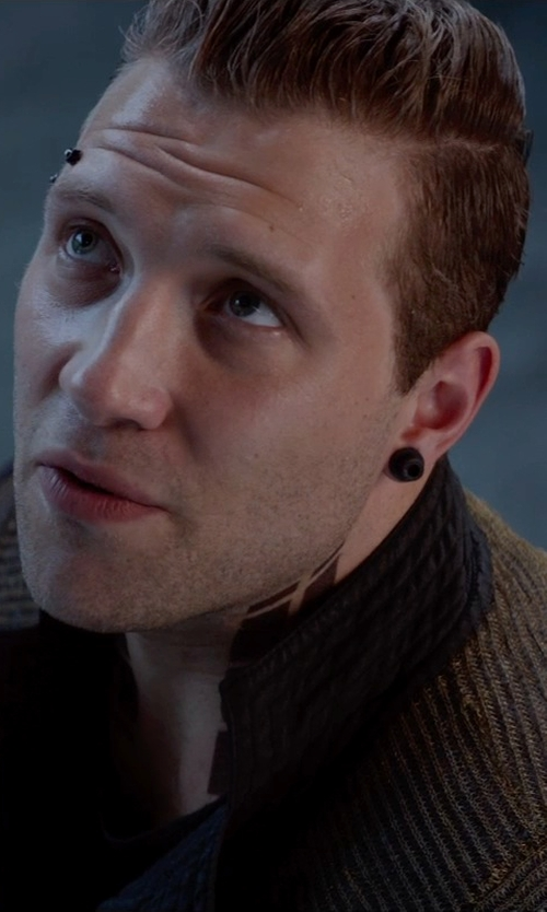 Jai Courtney with Urban Jewelry Round Stud Earrings in The Divergent Series: Insurgent