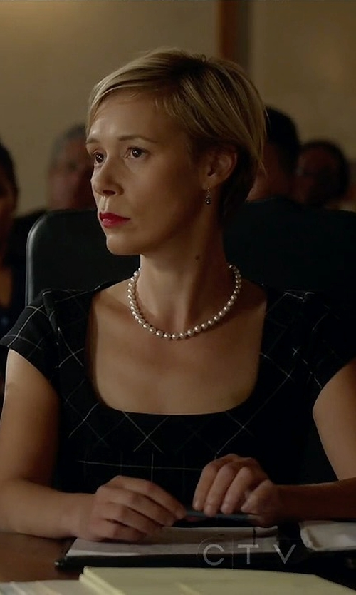 Liza Weil with Mikimoto Akoya Pearl Choker Necklace in How To Get Away With Murder