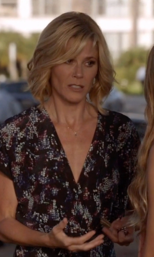 Julie Bowen with Joie Aggi Paisley Print Silk Tunic Dress in Modern Family