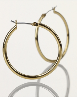 Small Gold Hoop Earrings by Ralph Lauren in Pitch Perfect 2