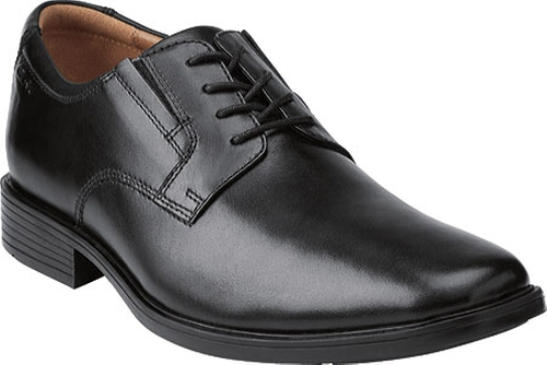 Tilden Plain Toe Oxford Shoes by Clarks in New Girl - Season 5 Episode 1
