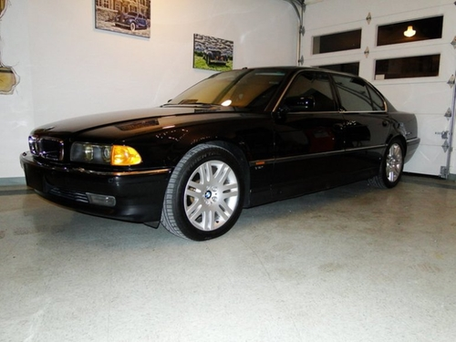 1997 750iL Sedan by BMW in Tomorrow Never Dies